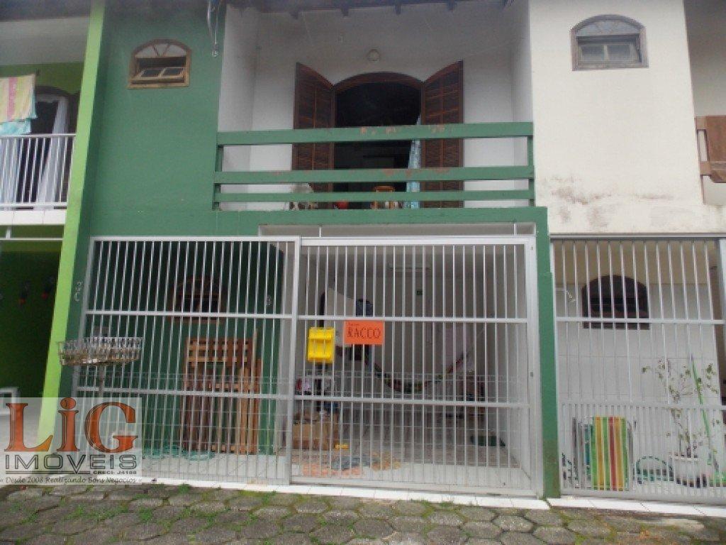 Sobrado a Venda no bairro Centro em Matinhos - PR. 1 banheiro, 3 dormitórios, 1 suíte, 1 vaga na garagem, 1 cozinha,  lavabo,  sala de estar.  - SB-72