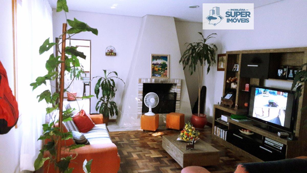 Casa a Venda no bairro Centro em Pelotas - RS. 2 banheiros, 3 dormitórios, 1 suíte, 4 vagas na garagem, 1 cozinha,  área de serviço,  lavabo,  sala de