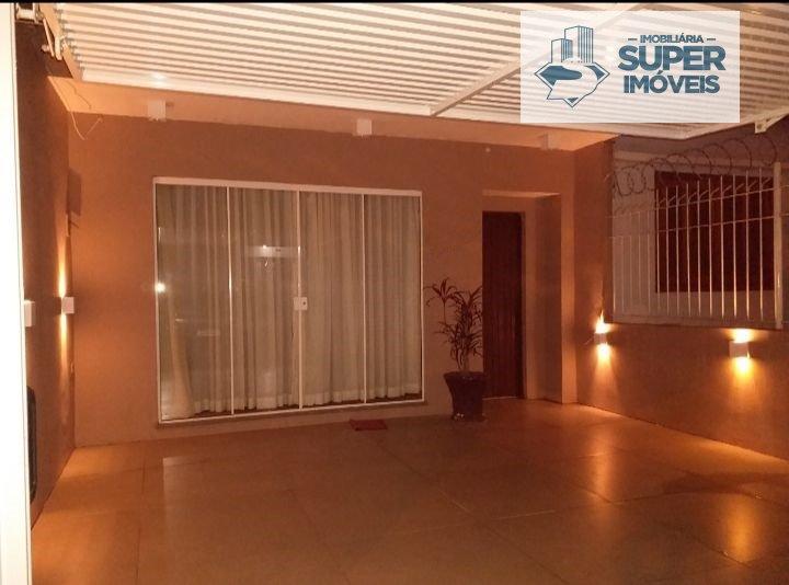 Casa a Venda no bairro Fragata em Pelotas - RS. 4 banheiros, 3 dormitórios, 3 suítes, 1 vaga na garagem, 1 cozinha,  closet,  área de serviço,  lavabo