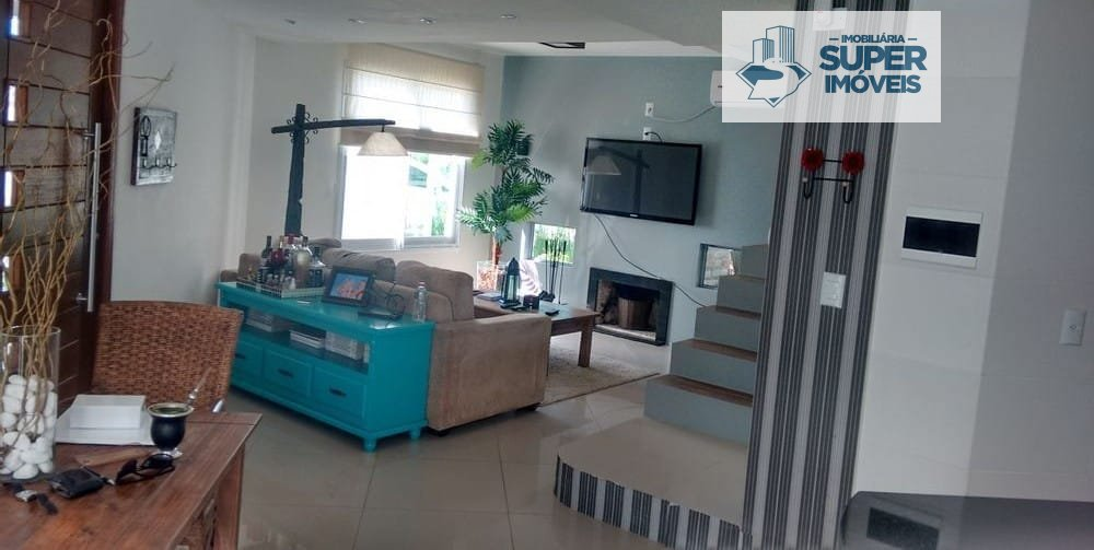 Casa a Venda no bairro Laranjal em Pelotas - RS. 2 banheiros, 3 dormitórios, 1 suíte, 1 vaga na garagem, 1 cozinha,  área de serviço,  lavabo,  sala d